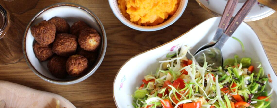 Falafel, søteplamos og spískkálssalat
